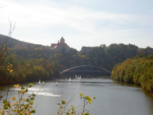 picture of the brno dam with a castle in the back